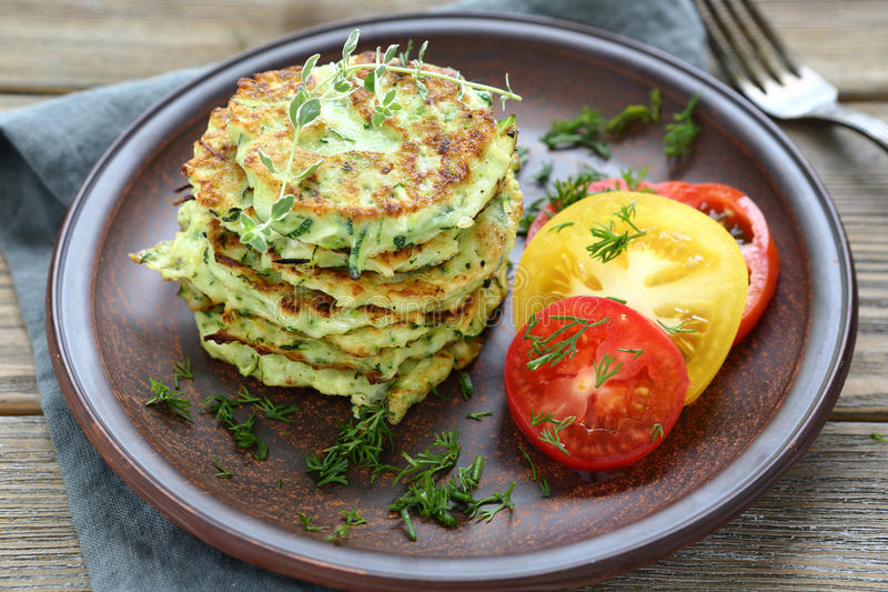 Courgettefritters met dille royalty-vrije stock foto's