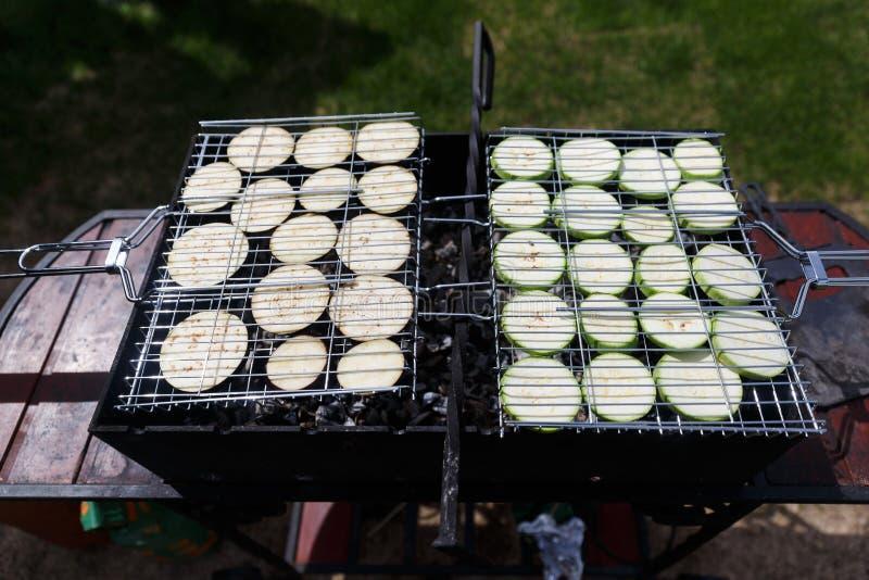 Courgettes и aubergines на барбекю стоковые фото