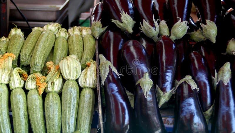 courgettes и aubergines продавая к рынку стоковые изображения