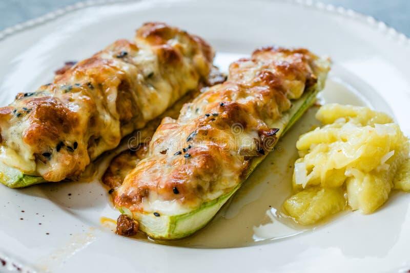 Courgettes cozidos do abobrinha enchidos com queijo e aneto imagem de stock royalty free
