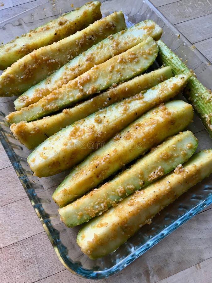 Courgettes cozidos do abobrinha enchidos com sésamo, alho e manteiga foto de stock royalty free