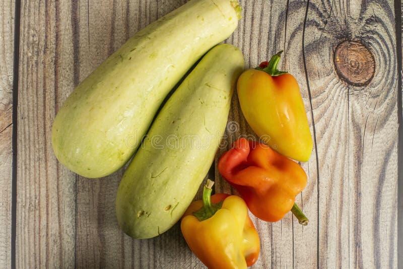 Courgettes e pimentas doces em uma tabela de madeira Dia da a??o de gra?as da colheita do outono fotografia de stock royalty free