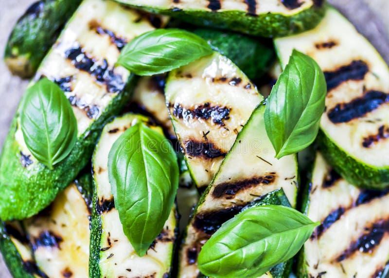 Courgettes grillées avec le basilic doux et les herbes frais photographie stock