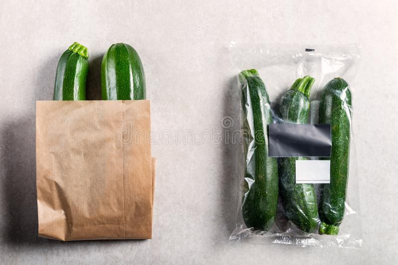 Courgettes in plastic zak VERSUS document zak Kies minder plastic concept royalty-vrije stock fotografie
