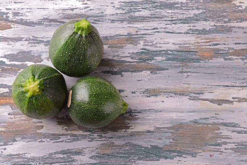 Courgettes rondes mûres sur la table en bois images libres de droits