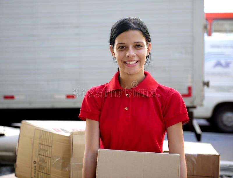 Courier ou moteur de la distribution livrant des cartons images stock