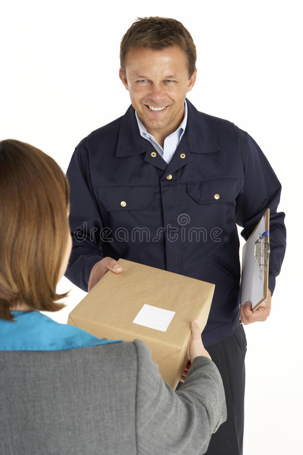 Courier remettant le colis à la femme d'affaires photos libres de droits