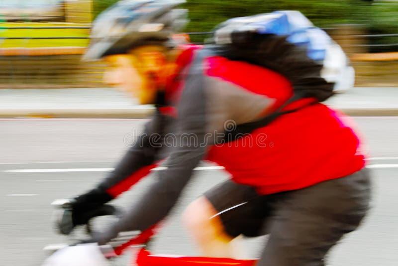 Courier sur la rue. photo libre de droits