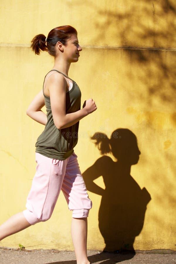 courir de fille d'adolescent photographie stock libre de droits