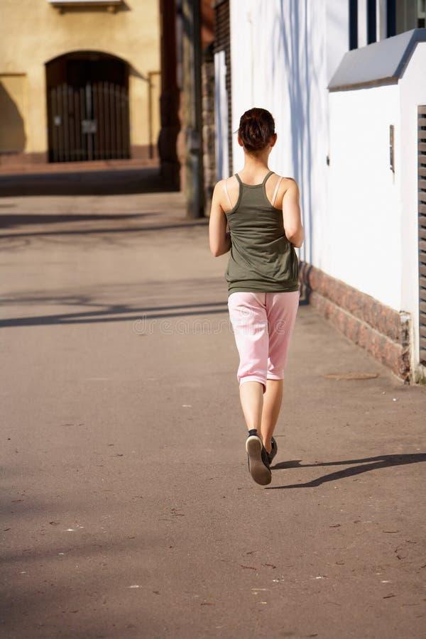 courir de fille d'adolescent photos stock