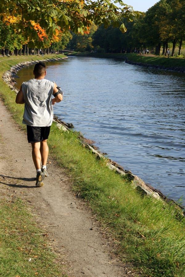 Courir par l'eau photographie stock