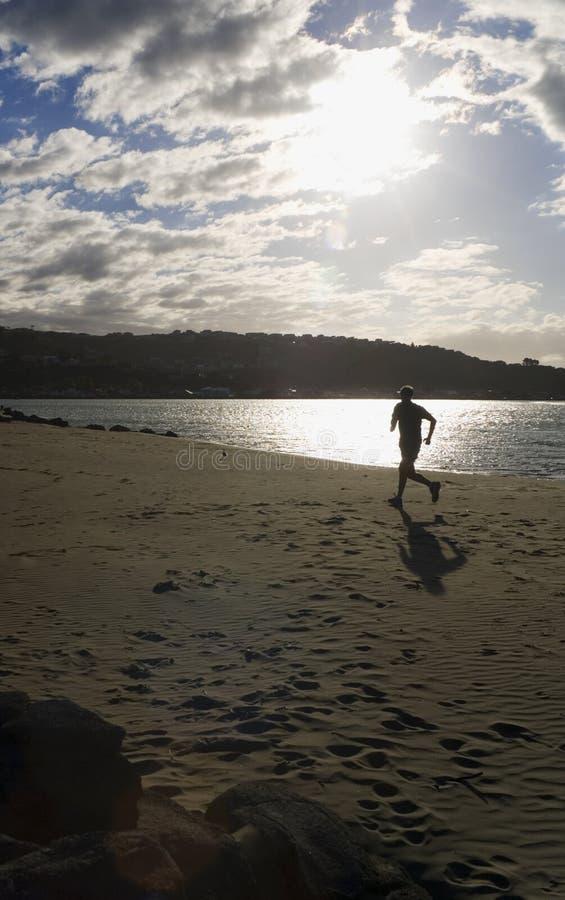 Courir sur la plage images stock