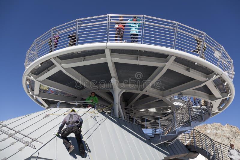 COURMAYEUR, ES - 29. JULI 2016: Nicht identifizierte Leute machen ein Foto auf panoramischer Terrasse Punta Helbronner stockfotos