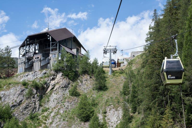 Courmayeur, teleférico de Itália - de Mont Blanc nos cumes italianos imagem de stock royalty free