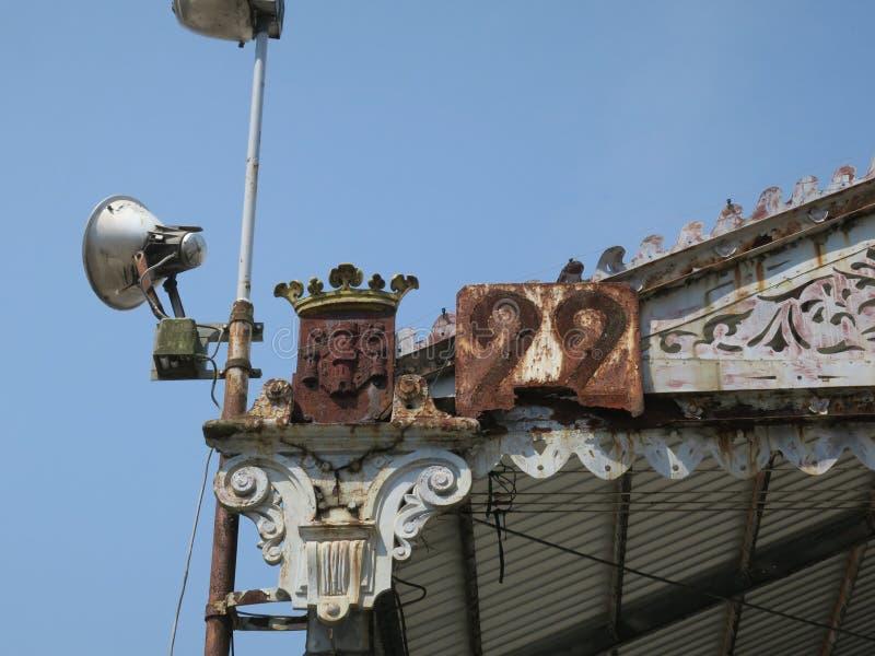 Couronne avec le nr 22 + lampe sur le toit d'un hangar au quai à Anvers image stock