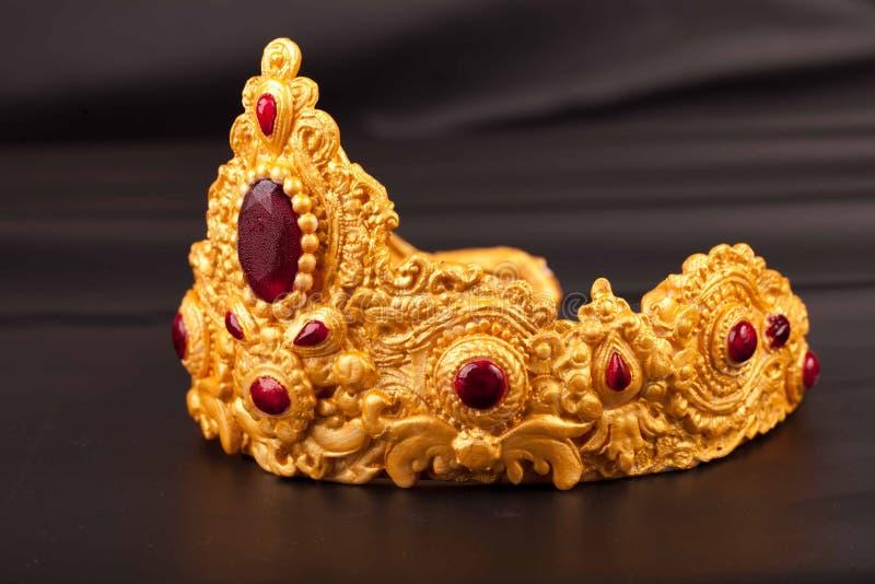 Couronne - détail de gâteau d'anniversaire de luxe délicieux images stock