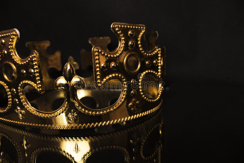 Couronne d'or sur un fond foncé image stock