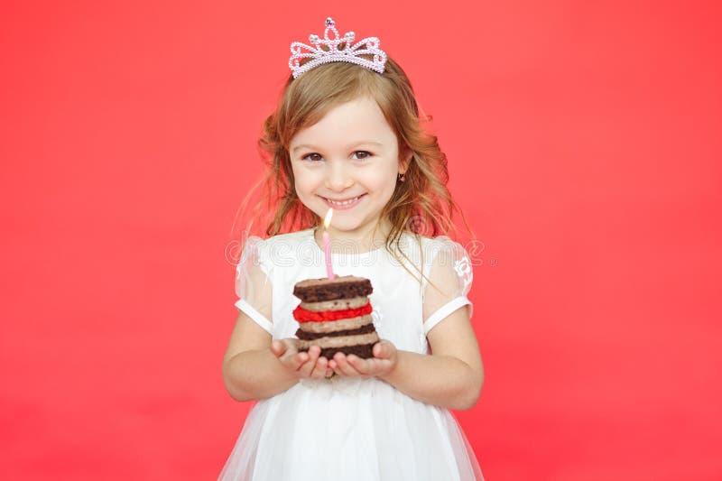Couronne de port de petite fille tenant un gâteau d'anniversaire photos stock