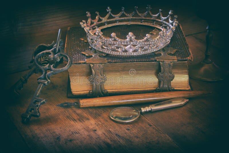Couronne de reine sur le vieux livre concept de Moyen Âge d'imagination photo libre de droits