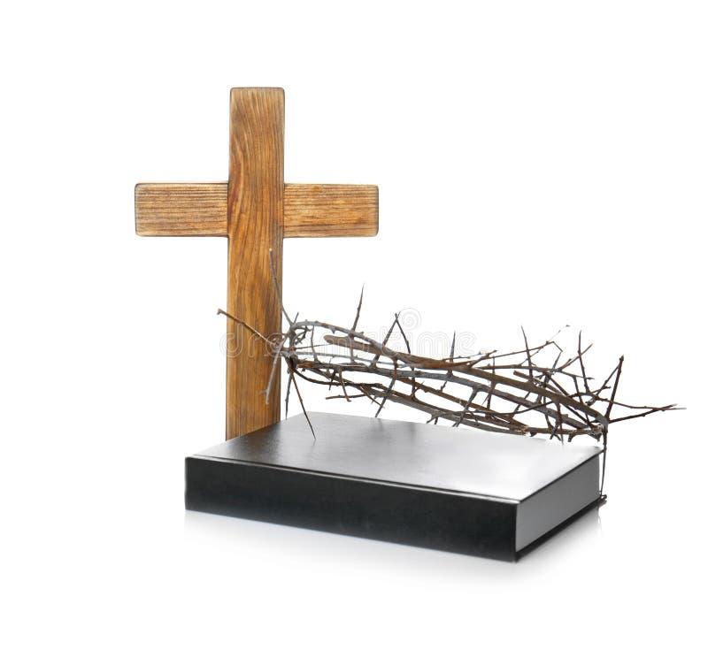 Couronne des épines, de la Sainte Bible et de la croix en bois photos libres de droits