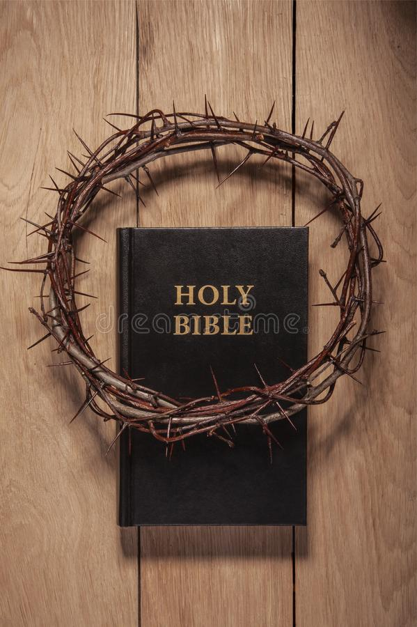 Couronne des épines et de la bible photo stock