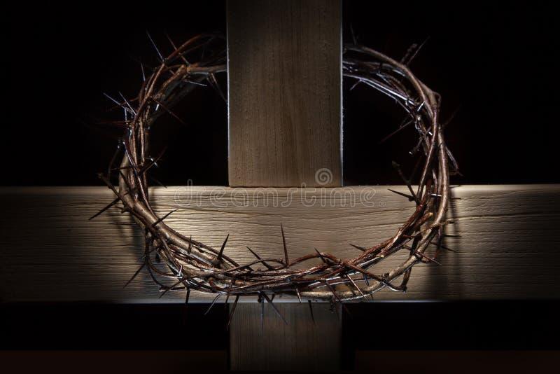 Couronne des épines et de la croix en bois image libre de droits