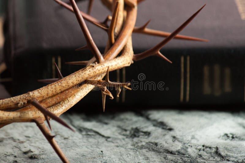 Couronne des épines sur le bureau en bois photographie stock