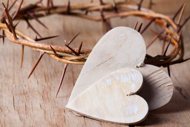 Couronne des épines sur le bureau en bois image stock