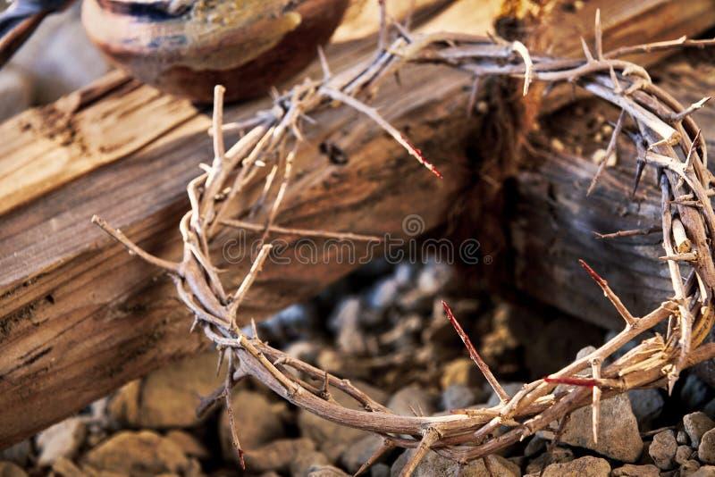 Couronne des épines tachée de sang sur une croix en bois images libres de droits
