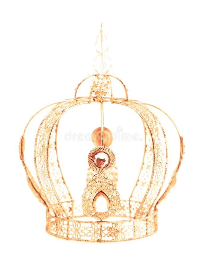 Couronne royale avec des bijoux et faite de l'or sur un fond blanc photos stock