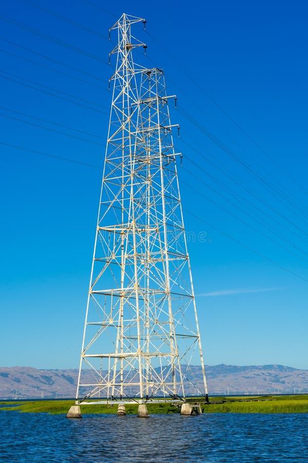 Courrier à haute tension, tour à haute tension au ciel gentil bleu et mer - Palo Alto, la Californie, Etats-Unis photographie stock libre de droits