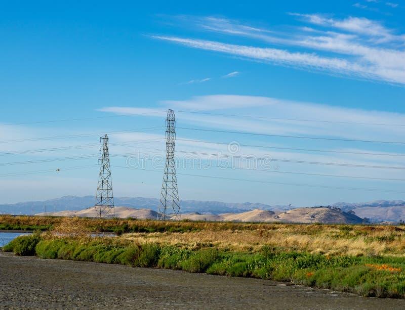 Courrier à haute tension, tour à haute tension au ciel gentil bleu - Palo Alto, la Californie, Etats-Unis photos stock