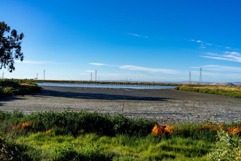 Courrier à haute tension, tour à haute tension au ciel gentil bleu - Palo Alto, la Californie, Etats-Unis photos libres de droits