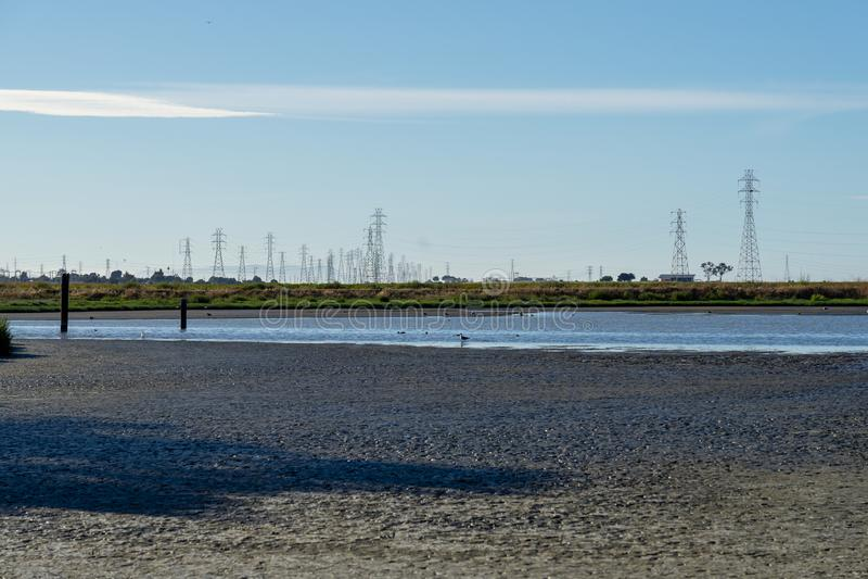 Courrier à haute tension, tour à haute tension au ciel gentil bleu - Palo Alto, la Californie, Etats-Unis photo stock