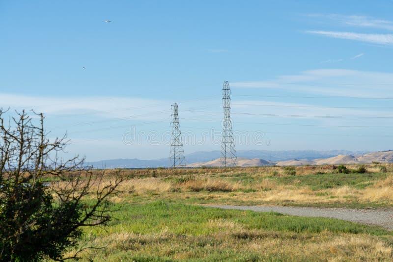 Courrier à haute tension, tour à haute tension au ciel gentil bleu - Palo Alto, la Californie, Etats-Unis images libres de droits