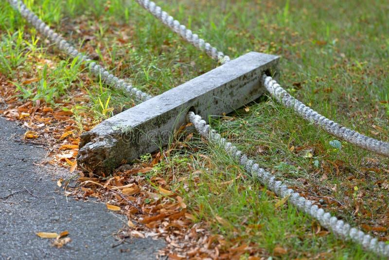 Courrier cassé avec des balustrades de corde au sol images libres de droits