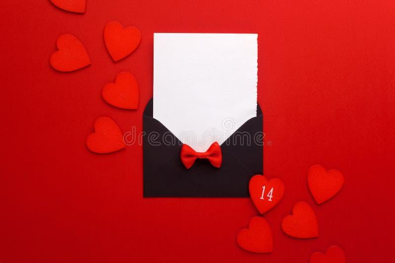 Courrier, coeur et ruban d'enveloppe sur le fond rouge Concept de salutation de Valentine Day Card, d'amour ou de mariage Vue sup photo libre de droits