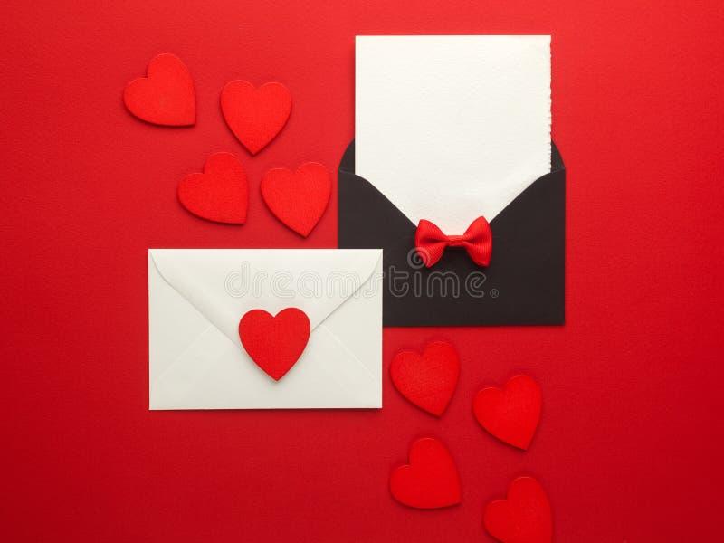 Courrier, coeur et ruban d'enveloppe sur le fond rouge Concept de salutation de Valentine Day Card, d'amour ou de mariage Vue sup photos libres de droits