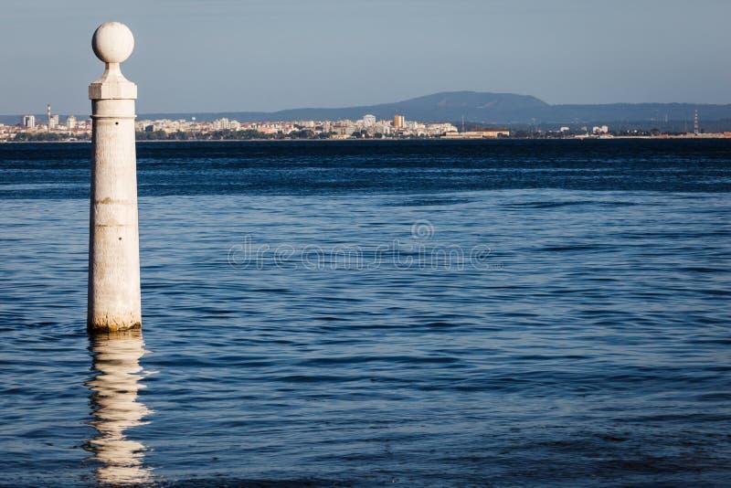 Courrier d'amarrage dans le port de Lisbonne avec la vue de la ville à l'arrière-plan photographie stock