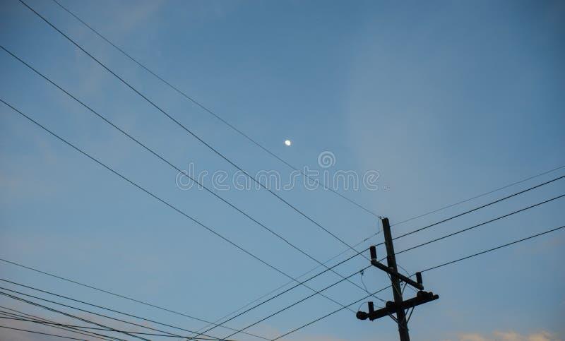Courrier de l'électricité, petite lune avec le fond de ciel bleu photos libres de droits