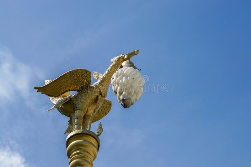 Courrier de lampe de garuda de vintage avec le ciel bleu lumineux photo stock