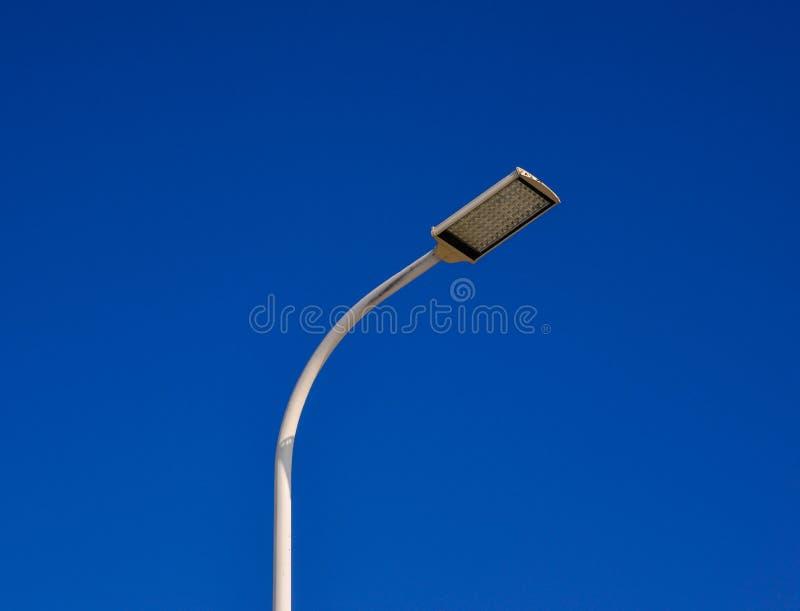 Courrier de lampe sous le ciel bleu image stock