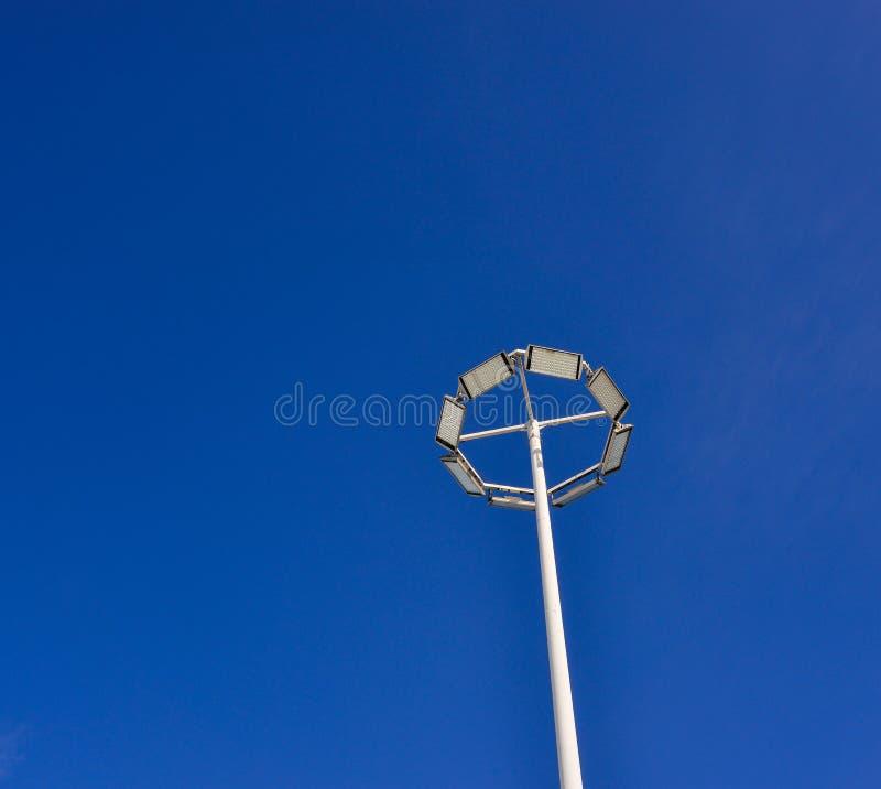 Courrier de lampe sous le ciel bleu image libre de droits