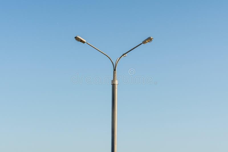 Courrier de réverbère sur le fond de ciel bleu photographie stock libre de droits