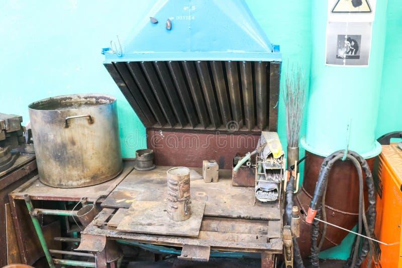 Courrier de soudure, table pour le travail d'une soudeuse dans un atelier à une usine métallurgique dans une production de répara photos stock