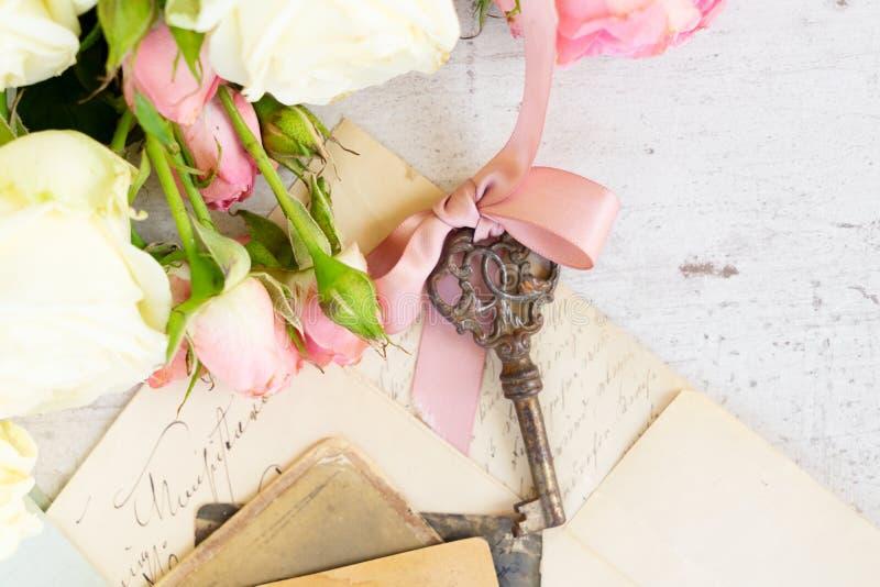 Courrier et clé antiques photo stock
