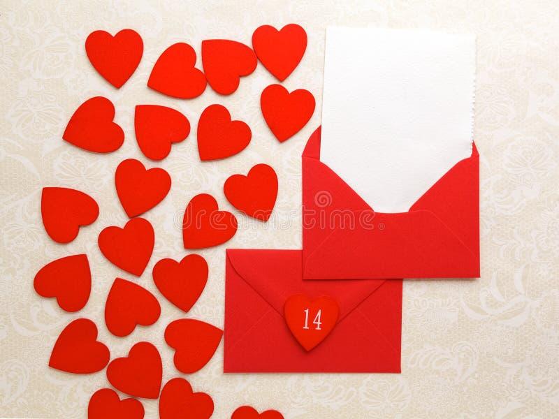 Courrier et coeurs d'enveloppe sur le fond décoratif Concept de salutation de Valentine Day Card, d'amour ou de mariage Vue supér photo libre de droits