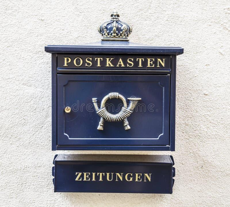 Courrier et journaux de boîte aux lettres images stock