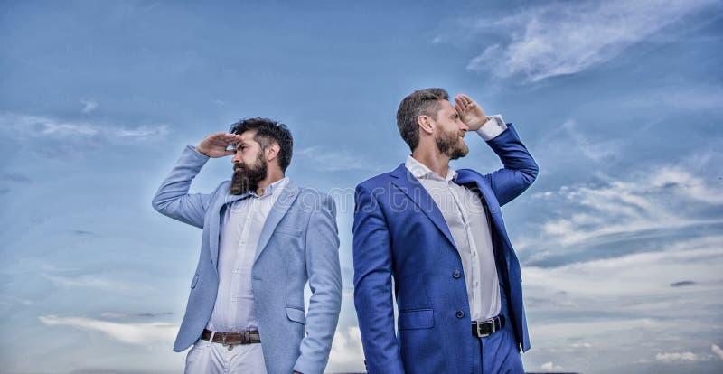 Cours changeant Nouvelles directions d'affaires Direction se d?veloppante d'affaires Visages barbus d'hommes d'affaires reculer p image libre de droits