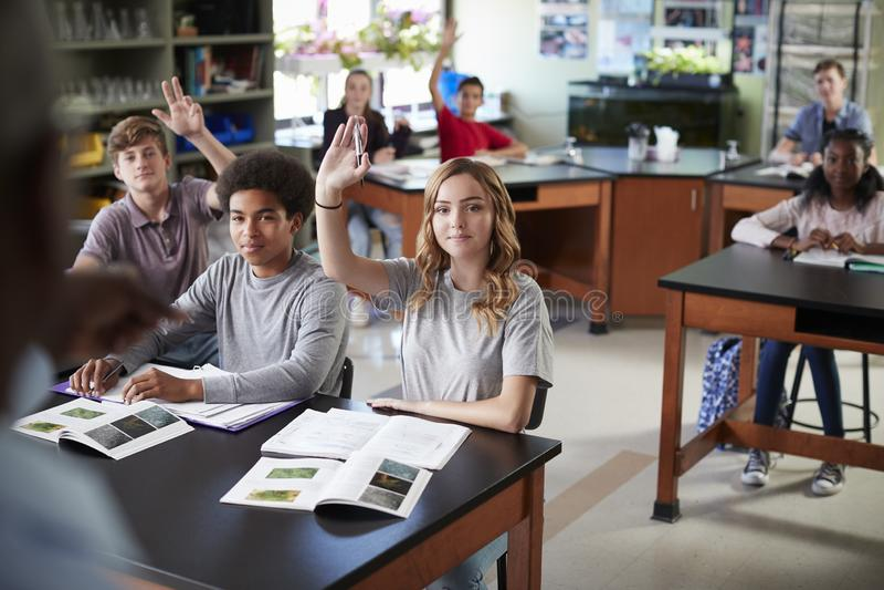 Cours de Biologie masculin de Teaching Students In de tuteur de lycée images libres de droits